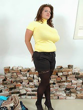 chunky milf squeezes her melons